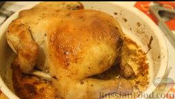 Курица, запеченная с яблоками и апельсинами: Поливаем соком, отправляем в духовку еще минут на 10 для образования корочки. Затем переворачиваем и помещаем еще на 10 минут в духовку для образования корочки с другой стороны.