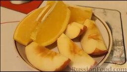 Курица, запеченная с яблоками и апельсинами: Яблоко и апельсин режем на дольки.