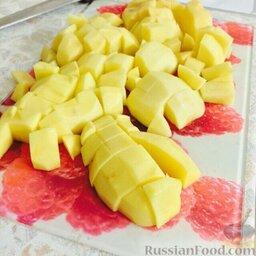 Азу по-татарски (в мультиварке): Тем временем нарезать картофель.