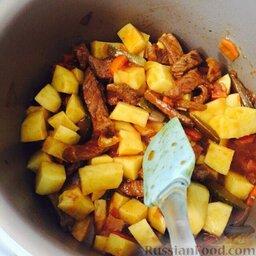 Азу по-татарски (в мультиварке): Когда 40 минут пройдёт, добавить в чашу картофель и ещё полстакана воды. Тушить оставшиеся 30 минут.  Приятного аппетита!