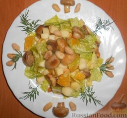 Салат с шампиньонами, апельсинами и арахисом: Украсить зеленью и арахисом и салат с  шампиньонами и апельсинами можно подавать к столу.  Приятного аппетита!
