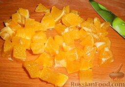 Салат с шампиньонами, апельсинами и арахисом: Апельсин очистить от кожуры и плёнок. Нарезать кубиками среднего размера.