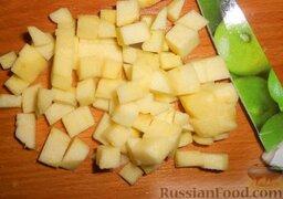 Салат с шампиньонами, апельсинами и арахисом: Яблоки почистить и удалить сердцевину. Затем нарезать.  Лучше всего для этого салата взять кислые яблоки.