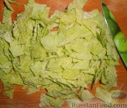 Салат с шампиньонами, апельсинами и арахисом: Савойскую капусту промыть под проточной холодной водой. Затем отделить капустные листья и нарезать кубиками или порвать руками. Грубую часть листьев лучше в салат не класть.   Также можно для салата взять пекинскую капусту или рукколу.