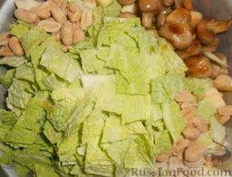 Салат с шампиньонами, апельсинами и арахисом: В глубокой емкости соединить яблоки, апельсин, грибы, капусту и арахис.