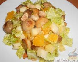 Салат с шампиньонами, апельсинами и арахисом: Выложить салат с шампиньонами на тарелку.
