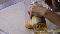 """Блинчики """"Три наслаждения"""": Добавляем соль на кончике ножа и 3 столовых ложки растительного масла. Всё перемешиваем."""