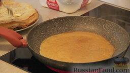 """Блинчики """"Три наслаждения"""": Разогреваем сковородку и смазываем растительным маслом. Жарим блинчики. Не забываем смазывать каждый готовый блинчик с одной стороны сливочным маслом."""
