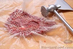 Бифштекс из маринованной телятины: Как приготовить бифштекс из маринованной телятины:    Сполоснув мясо, укладываем кусок телятины в виде отбивной на разделочную доску, накрываем плотным полиэтиленовым пакетом и умеренно отбиваем с двух сторон. (Пакет не позволяет соку из мяса разбрызгиваться при отбивании. И даже молоток мыть не приходится.)