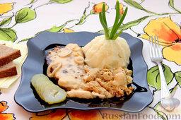 Бифштекс из маринованной телятины: Подаем бифштекс из маринованной телятины традиционно - с картофелем, овощами, зеленью.  Приятного аппетита!