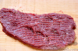 Бифштекс из маринованной телятины: Совсем чуть-чуть перчим каждую отбивную с одной стороны. Соль не обязательна из-за наличия ее в соевом соусе и майонезе.