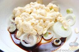 Бифштекс из маринованной телятины: Ссыпаем луковые колечки в миску, наливаем туда соевый соус, выкладываем майонез.