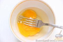 Бифштекс из маринованной телятины: На следующий день слегка взбиваем яйцо.