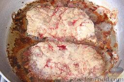 Бифштекс из маринованной телятины: На хорошо разогретую сковороду выкладываем куски телятины, стараясь маринад оставлять в миске. Можно обойтись без масла, поскольку в мясе достаточно сока, а в майонезе - жира. На хорошем огне обжариваем бифштекс из маринованной телятины по 10 минут с каждой стороны, не накрывая сковородку крышкой.