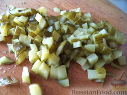 """Слоеный салат """"Вдохновение"""" с крабовыми палочками: Огурцы маринованные нарезать мелкими кубиками."""