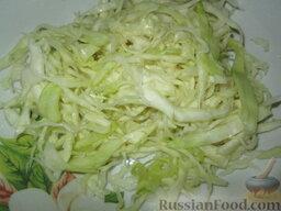 Салат из капусты по-немецки: Как приготовить салат из капусты по-немецки:    Капусту нашинковать как можно тоньше. Посолить, помять руками и оставить на полчасика. Если выделилась жидкость, слить ее.