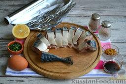 Фаршированная скумбрия, запеченная в фольге: Перед началом готовки рыбу очищаем от плавников, внутренностей. Особое внимание уделяем пленке, которой выстлана брюшная полость рыбы. Светлую пленку оставляем, более темную обязательно удаляем с помощью ножа, аккуратно снимая ее с мяса рыбы. Голову также отрезаем, выпотрошенную рыбу тщательно моем и нарезаем кусочками.