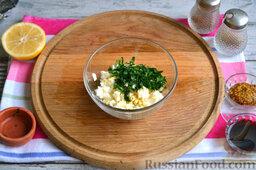 Фаршированная скумбрия, запеченная в фольге: Вареное яйцо нарезаем мелкими кубиками, добавляем немного соли по вкусу и зелень.