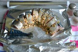 Фаршированная скумбрия, запеченная в фольге: Кусочки скумбрии солим, перчим и поливаем лимонным соком сверху и внутри. Выкладываем кусочки рыбы на фольгу. Вовнутрь каждого кусочка чайной ложкой кладем подготовленную начинку.