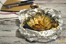 Фаршированная скумбрия, запеченная в фольге: Закрываем рыбу второй частью фольги и помещаем ее в духовой шкаф. Готовим скумбрию 20-25 минут при температуре 180 градусов. За 5 минут до окончания готовки разворачиваем фольгу, чтобы рыба приобрела красивый цвет.