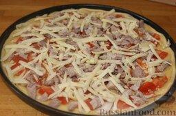 """Пицца """"Воскресная"""" из отварной свинины и помидоров: Сыр трем на терке и посыпаем пиццу."""