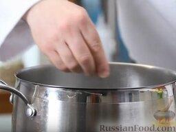 Зеленый борщ: Как приготовить зеленый борщ:    Воду в кастрюле поставить на огонь, посолить.