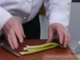 Зеленый борщ: Черешки сельдерея крупно нарезать, бросить в кипящую воду.