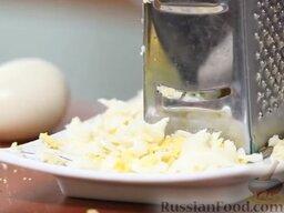 Зеленый борщ: Яйца очистить и натереть на крупной терке.