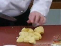 Зеленый борщ: Картофель очистить, вымыть, нарезать крупными кубиками. Добавить в овощной бульон.