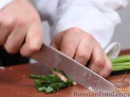 Зеленый борщ: Зеленый лук мелко нарезать.