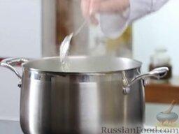 Зеленый борщ: Добавить в бульон промытый рис.