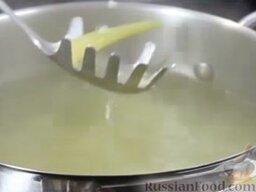 Зеленый борщ: Вынуть черешки сельдерея из бульона.