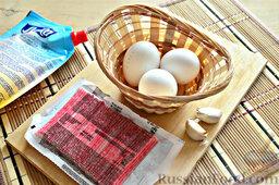 Роллы из блинчиков с крабовыми палочками: Для начинки на роллы из блинчиков нужно взять отварные яйца, крабовые палочки, чеснок и майонез.