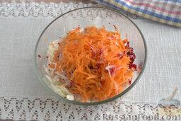 """Салат """"Щетка"""" из сельдерея, со свеклой и кунжутом: Шинкуем морковь, вводим ее к общей массе."""