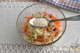 """Салат """"Щетка"""" из сельдерея, со свеклой и кунжутом: На следующем этапе добавляем семена кунжута."""
