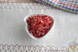 """Салат """"Щетка"""" из сельдерея, со свеклой и кунжутом: Тщательно смешиваем все ингредиенты, выкладываем салат"""