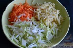 Салат из пекинской капусты с яблоком и морковью: Высыпаем нарезанное яблоко в салатницу к остальным ингредиентам салата.