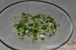 Салат из пекинской капусты с яблоком и морковью: Вымываем зелёный лук, нарезаем его.