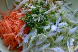 Салат из пекинской капусты с яблоком и морковью: Отправляем нарезанный зелёный лук в салат.