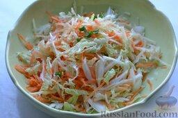 Салат из пекинской капусты с яблоком и морковью: Приправляем салат солью (при желании и сахаром), тщательно перемешиваем его. Удобнее перемешать салат чистыми руками.