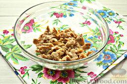 Салат с кальмарами: Как приготовить салат с кальмарами:    Открываем баночку консервированных кальмаров. Извлекаем морской продукт, нарезаем его на мелкие части. Переправляем нарезку из кальмаров в салатник.