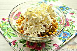 Салат с кальмарами: Плавленый сыр мы измельчим, воспользовавшись теркой. Предварительно сырок желательно подержать в морозилке.