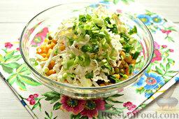 Салат с кальмарами: Мельчим промытый и обсушенный зеленый лук.
