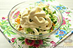 Салат с кальмарами: Осталось только сдобрить салат майонезом.