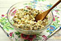 Салат с кальмарами: Перемешиваем все ингредиенты салата с кальмарами. По необходимости присолите на ваш вкус.