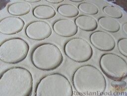 Творожные розочки: Раскатайте до толщины 0,4 см. Вырежьте из теста круги. (Я вырезала круги диаметром 8 см и для интереса еще 3 см).