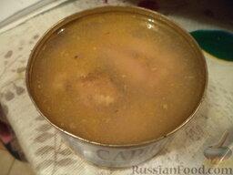 """Салат """"Гранатовый браслет"""" с тунцом: Открыть баночку консервированной рыбы, размять вилкой (лишнее масло можно слить)."""