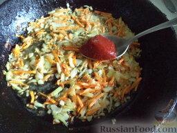 Борщ зеленый: Добавить томат. Перемешать. Тушить одну минуту на минимальном огне.