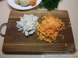 Картофельная запеканка с мясными шариками: Как приготовить картофельную запеканку с мясными шариками:    Натрите морковь на крупной терке, а лук нарежьте кубиком. Разогрейте сковороду, налейте подсолнечное масло, обжарьте до лекого зарумянивания лук и морковь.