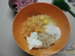 Картофельная запеканка с мясными шариками: Натрите картофель на крупной терке, добавьте манку, яйца, обжаренный лук с морковью и майонез. Чтобы картофель не темнел, можно добавить сок лука, тогда картофель останется светлым.